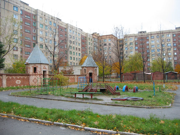 antoshka_wall_and_playground.jpg